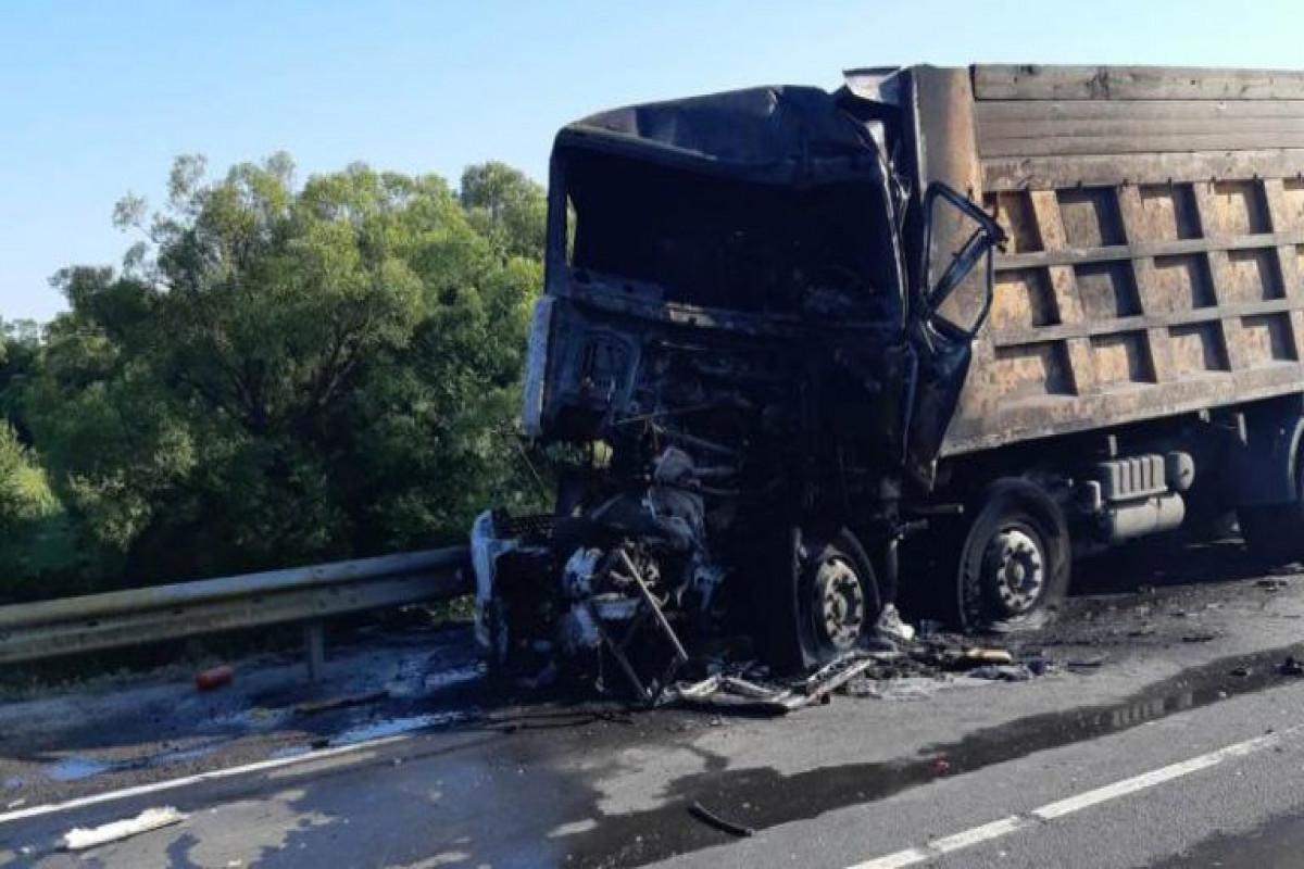 Rusiyada yol qəzasında yanan yük maşınının sürücüsü ölüb