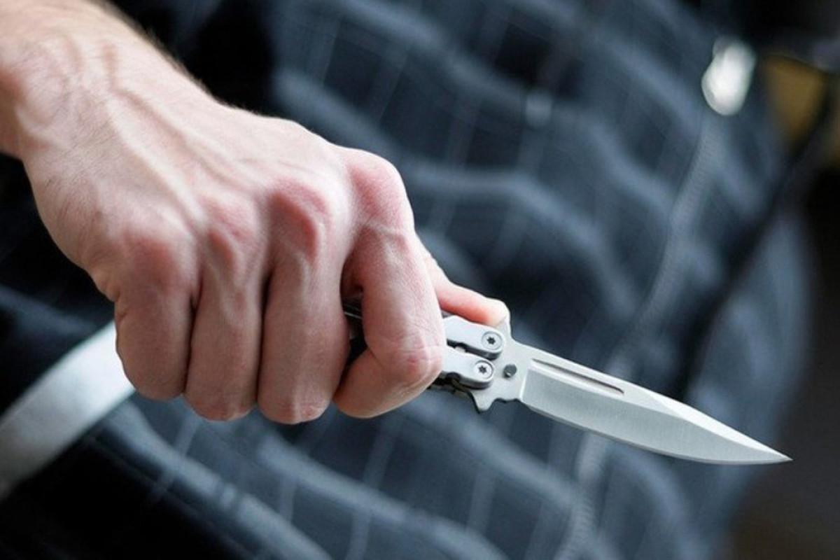 Bakıda kişi evində bıçaqlanıb