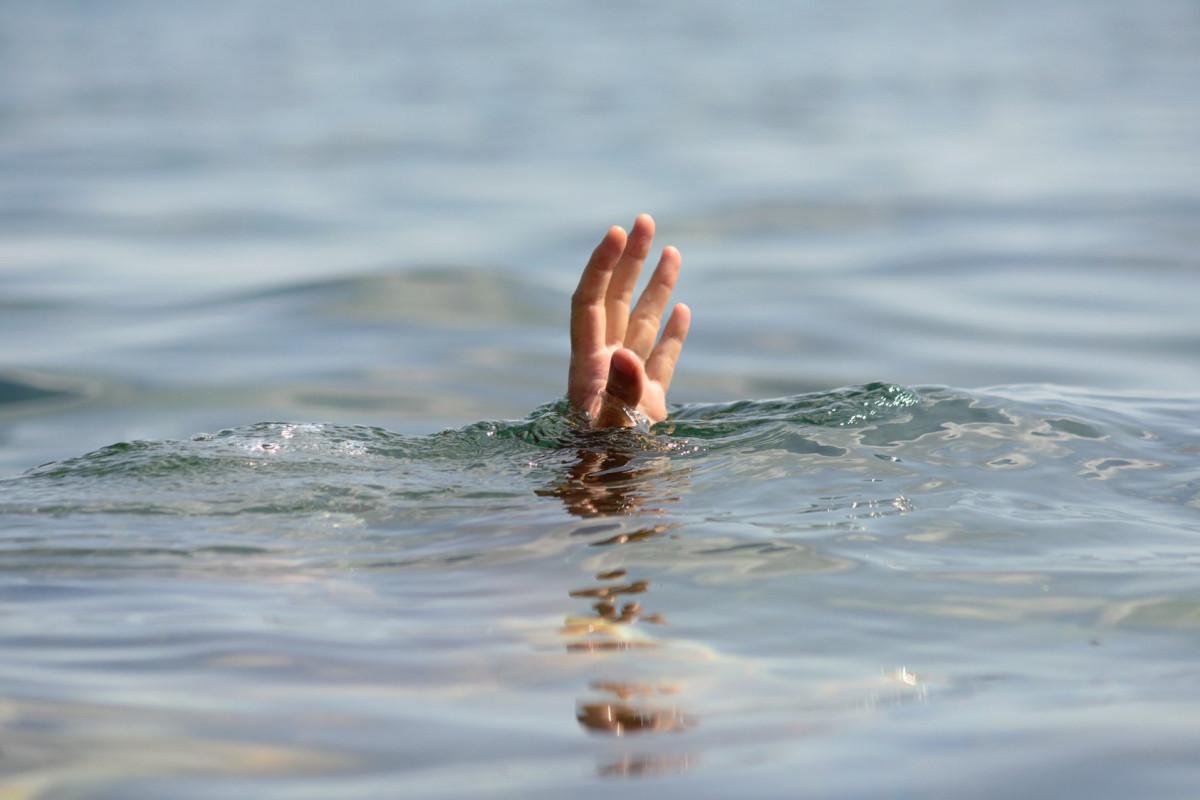 В Губе мать и дочь упали в канал, мать погибла