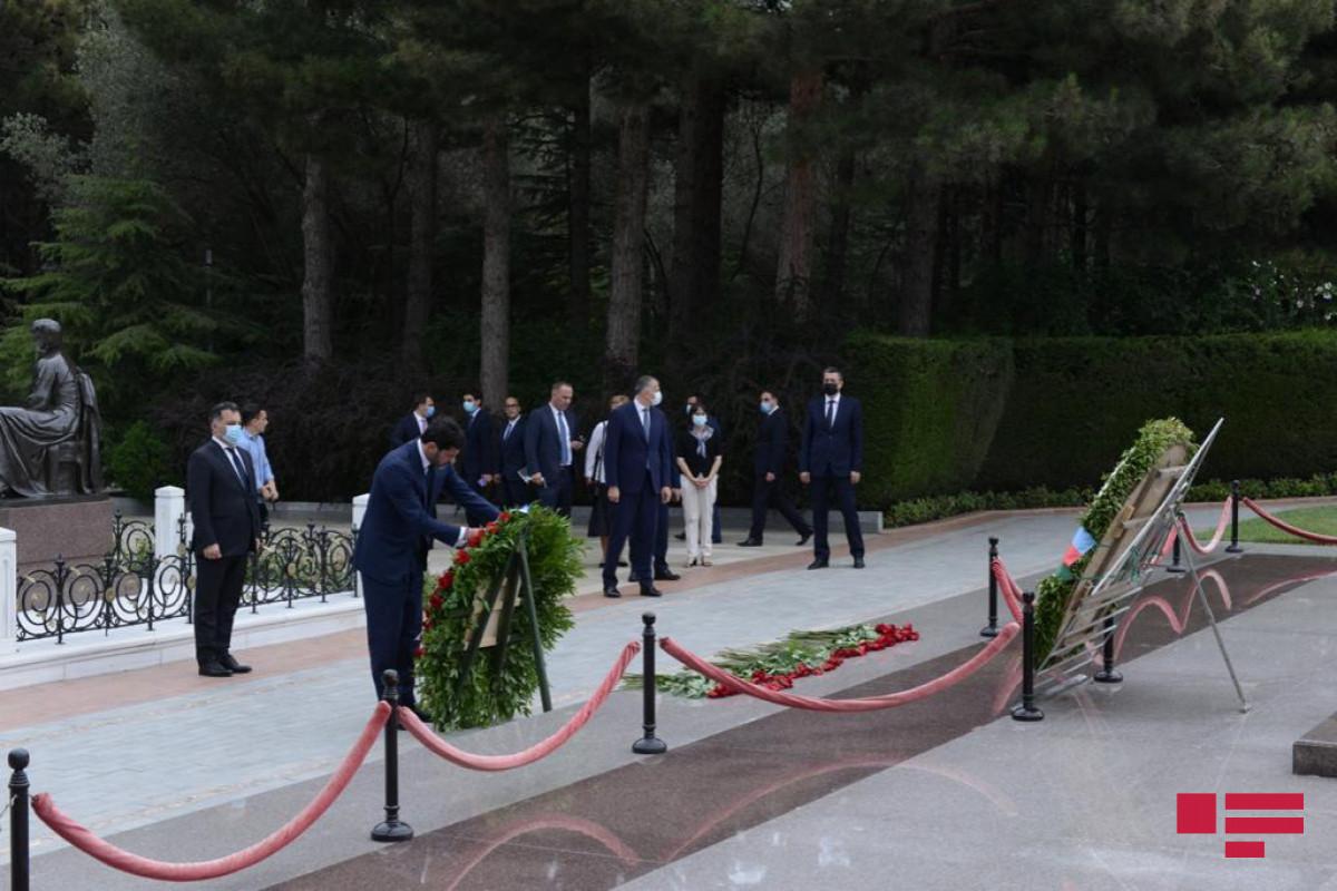Каха Каладзе посетил Аллею почетного захоронения и Аллею шехидов-ФОТО