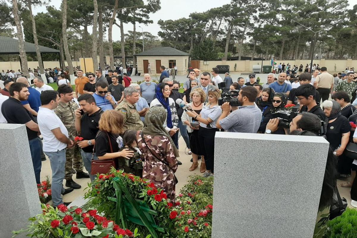 Омбудсмен посетила могилы Полада Гашимова и Ильгара Мирзоева