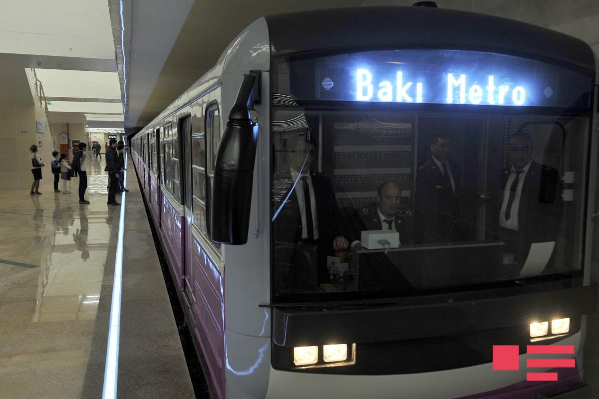 На станции метро «Улдуз» человек упал на рельсы