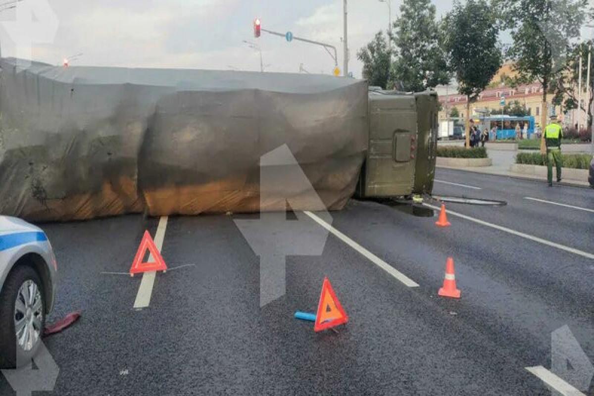 Moskvanda hərbi yük maşını aşıb