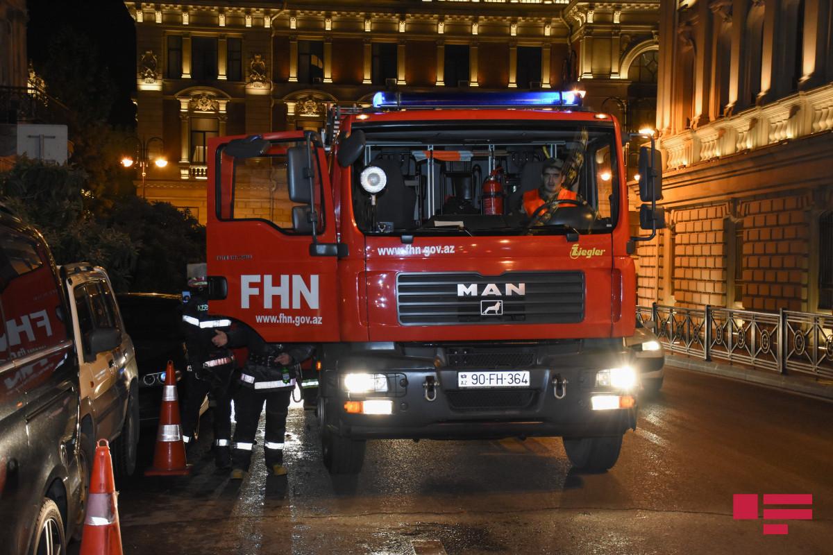 В Баку в жилом здании произошел пожар, есть пострадавший