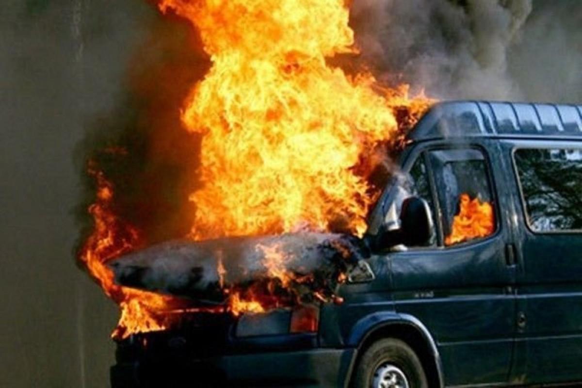 В Джалилабаде сгорел микроавтобус