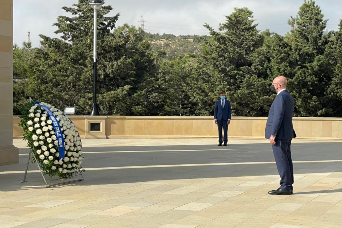 Aİ Şurasının Prezidenti Şəhidlər Xiyabanını ziyarət edib