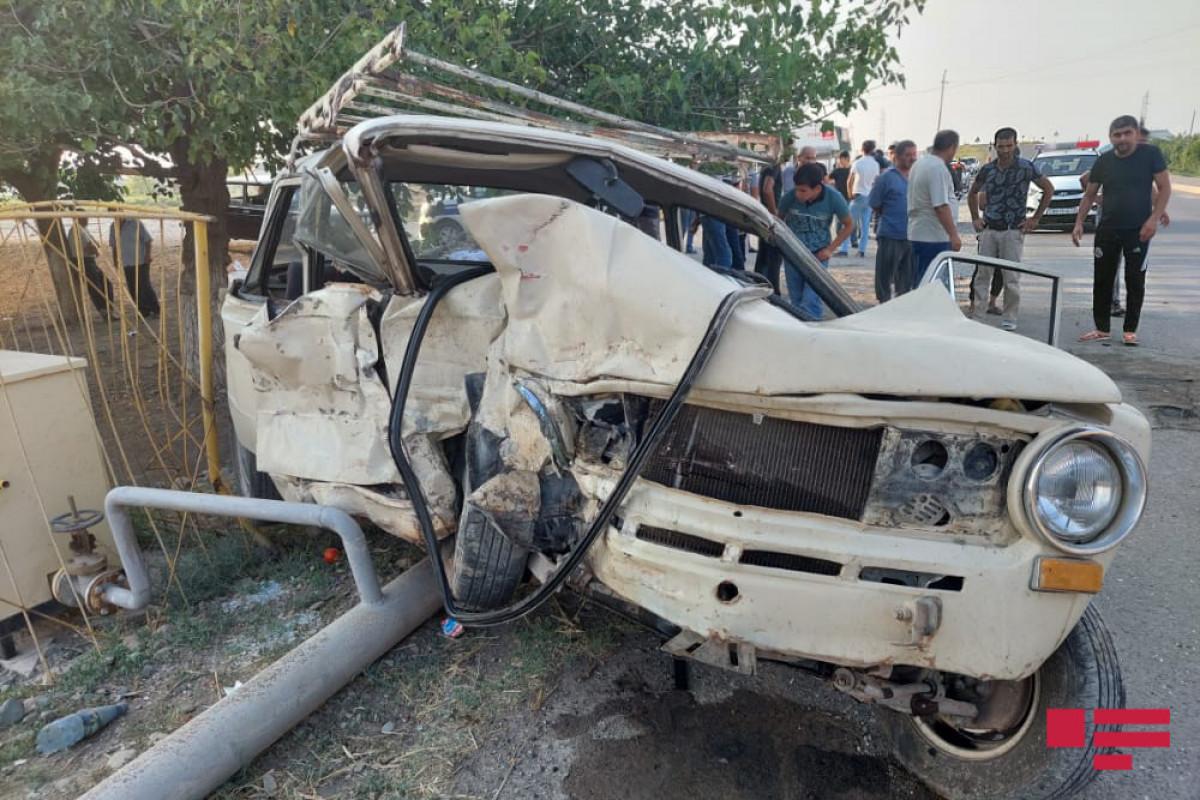 В Баку «Mercedes» врезался в автобусную остановку – ФОТО