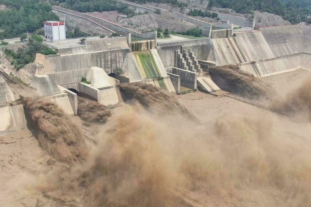 Çinin Çjençjou şəhərində sel su bəndini dağıdıb, 100 min sakin təxliyə olunub