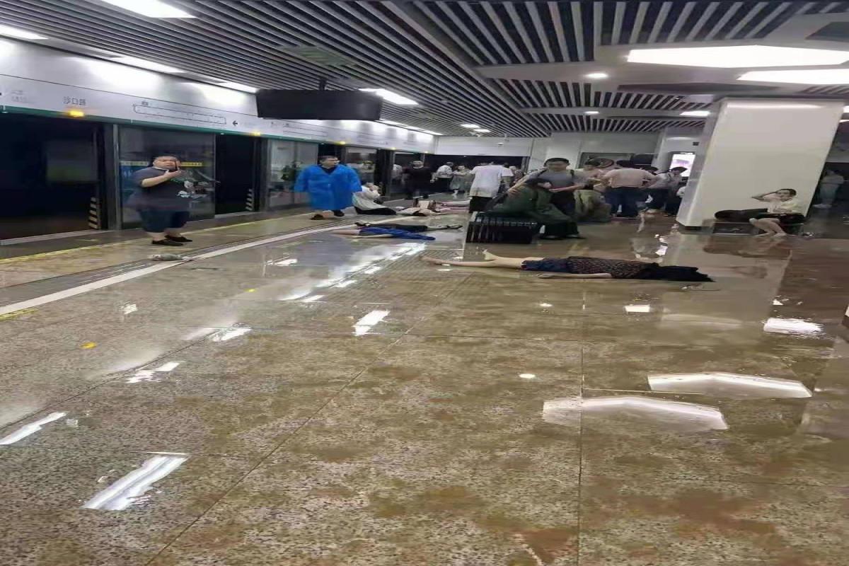 По меньшей мере 12 человек погибли при затоплении метро в Китае-ФОТО