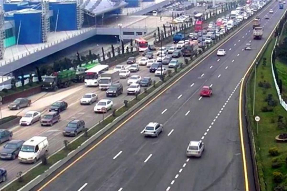В Баку в двух направлениях наблюдается высокая плотность движения транспорта