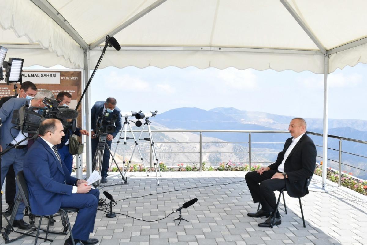 Президент Азербайджана: В какую логику умещается создание статуса для 25 тысяч человек?