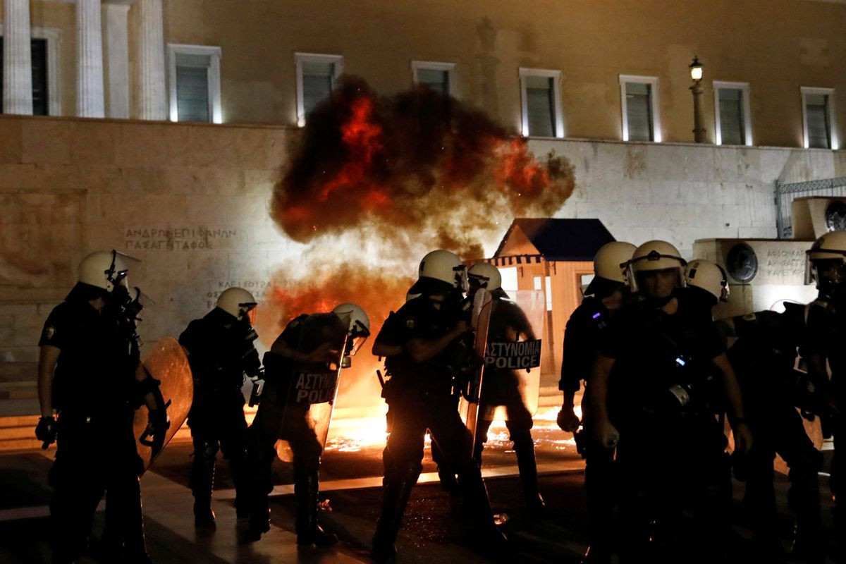 Greek police clash with protesters in rally against mandatory vaccinationsü