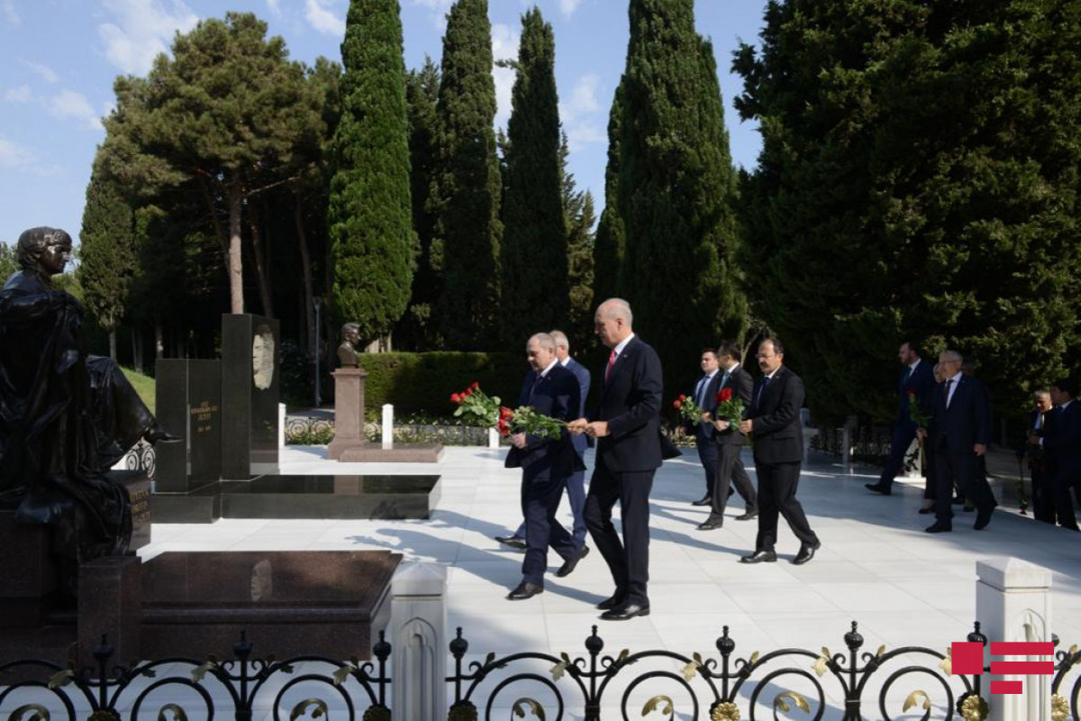 Делегация ПСР посетила Аллею почетного захоронения и Аллею Шехидов
