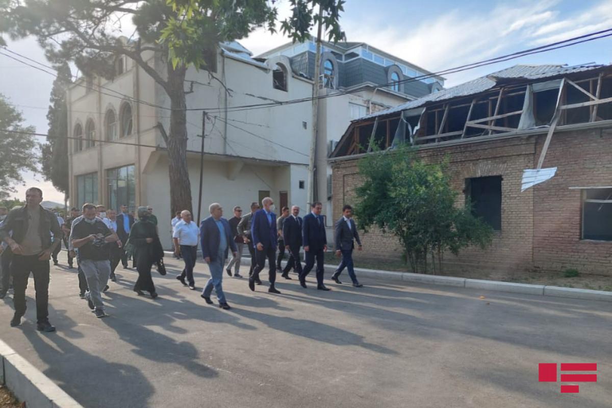 """Делегация ПСР посетила в Гяндже территорию, подвергшуюся ракетной атаке со стороны Армении-<span class=""""red_color"""">ФОТО"""