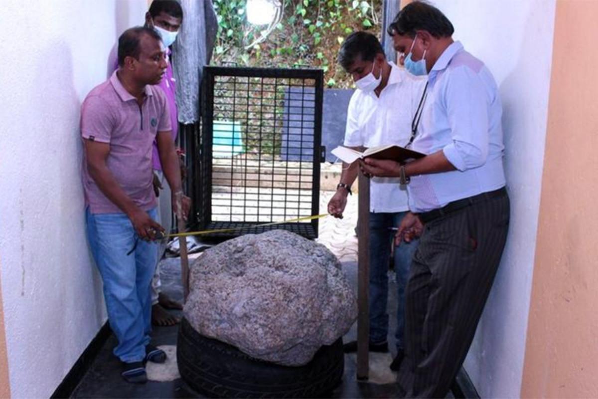 """На Шри-Ланке нашли драгоценный камень весом 2,5 млн карат-<span class=""""red_color"""">ФОТО"""