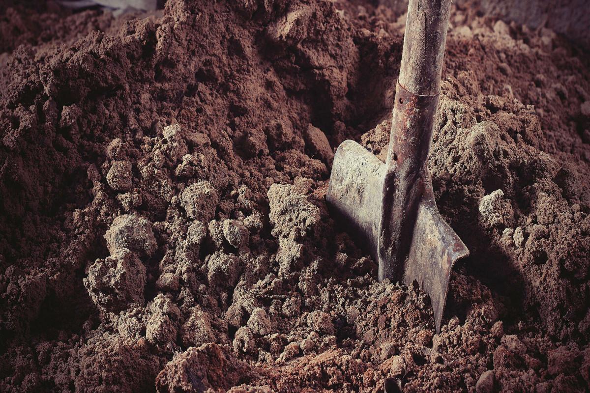 В России мужчина закопал заживо знакомого за долг в 500 рублей