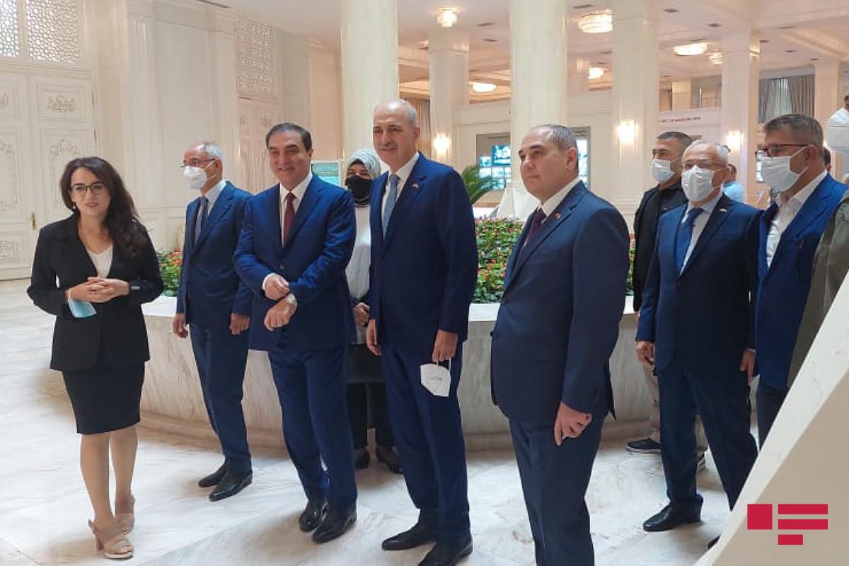 В Гяндже проходит конференция с участием представителей ПЕА и Партии справедливости и развития Турции