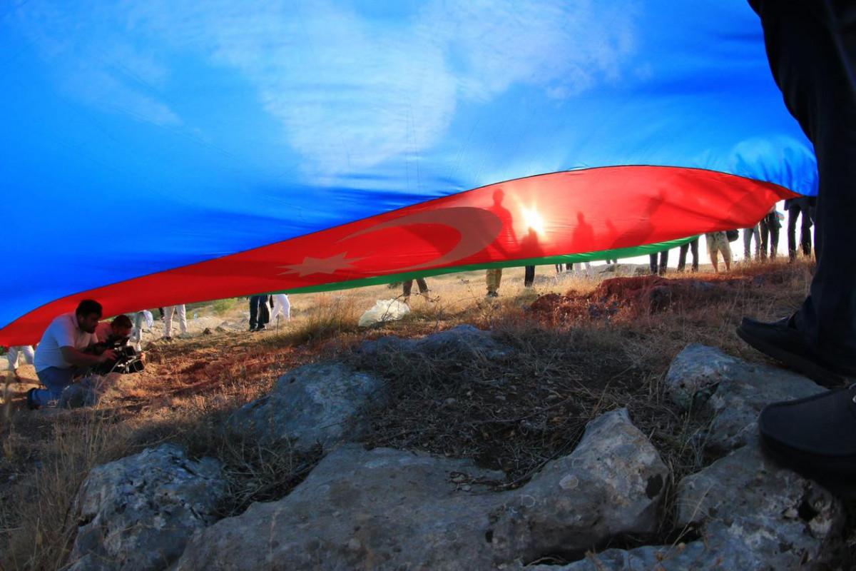 """Представители диаспоры раскрыли азербайджанский флаг на Джыдыр дюзю-<span class=""""red_color"""">ФОТО"""