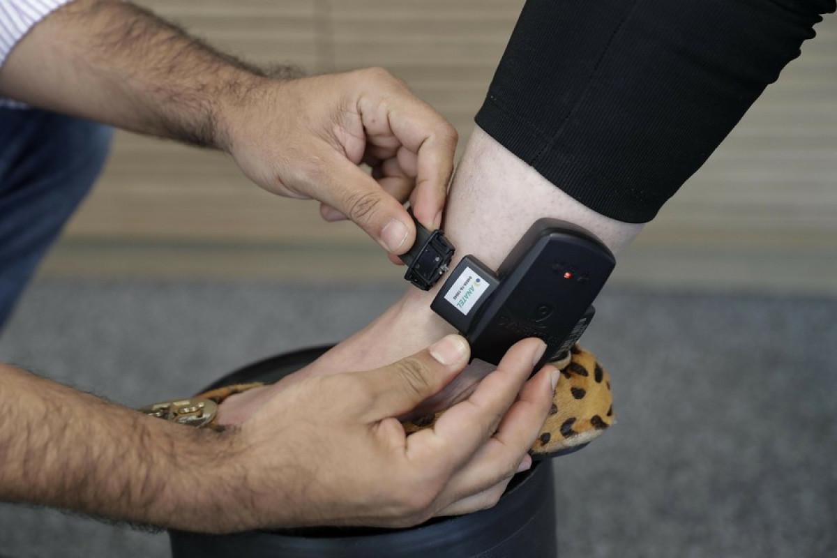 Служба пробации: В настоящее время до 4 000 осужденных носят электронный браслет