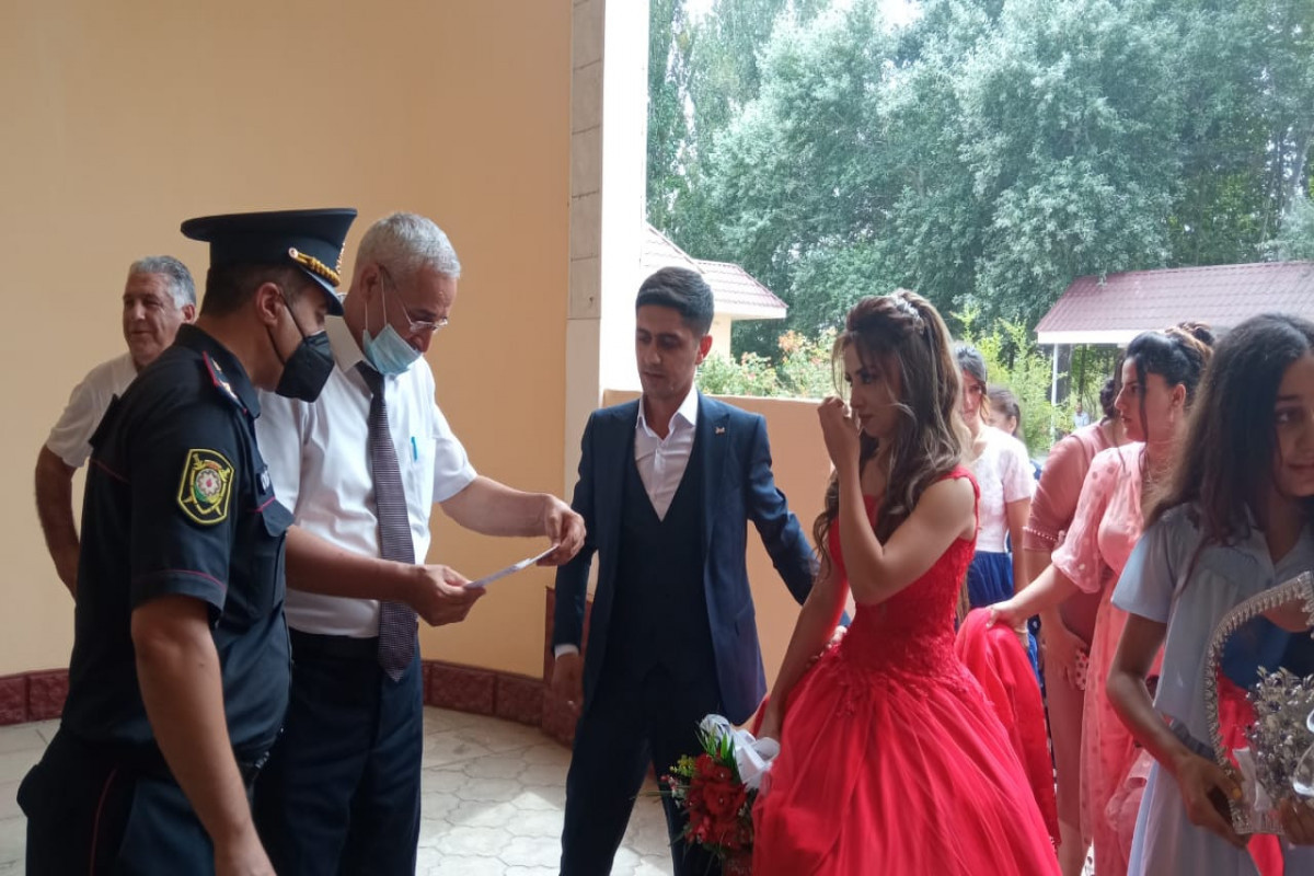 """В Зардабе жениха и невесту не впустили в дом торжеств из-за отстутствия COVID паспортов-<span class=""""red_color"""">ФОТО"""