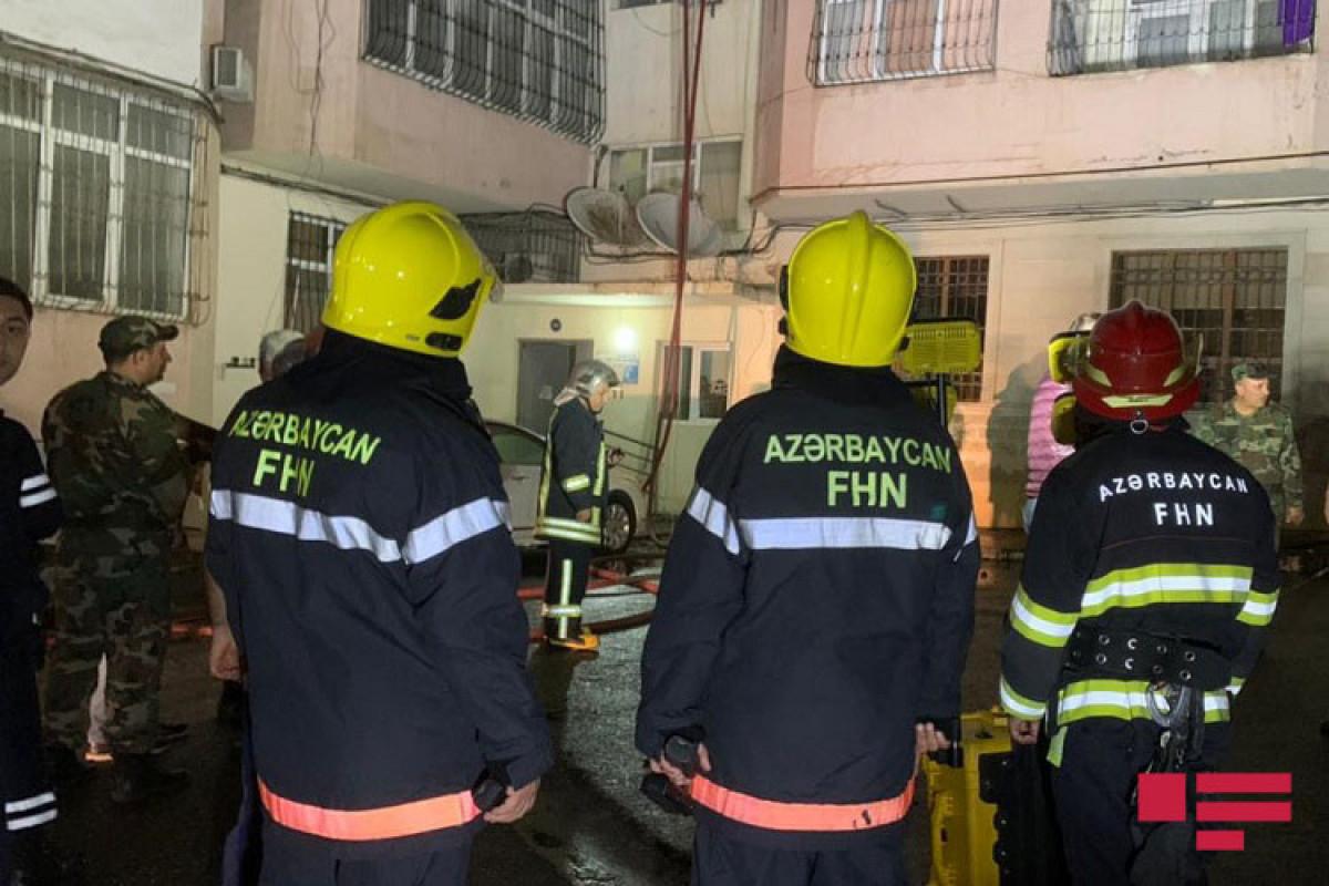 """В Баку в многоэтажном здании произошел пожар-<span class=""""red_color"""">ВИДЕО"""