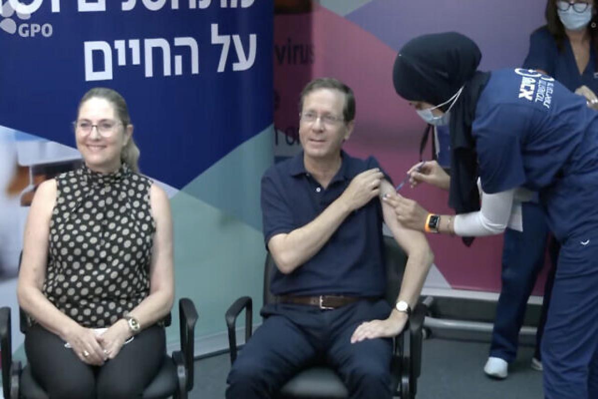 İsrail Prezidenti COVID-19 əleyhinə peyvəndin üçüncü dozasını vurdurub