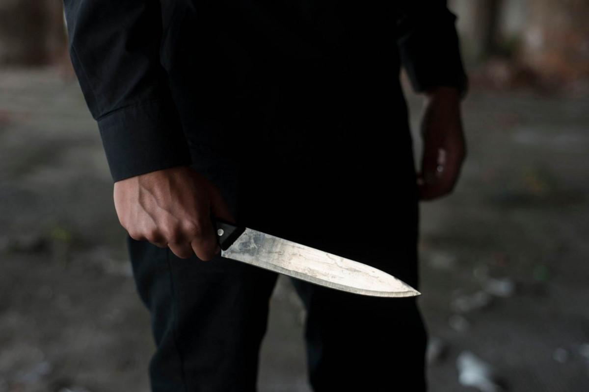 Biləsuvarda polis bıçaqlanıb