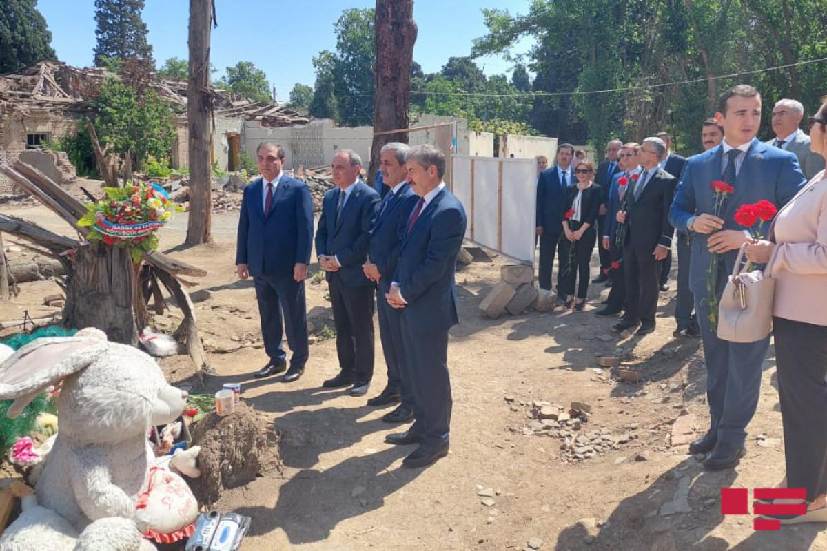 """Генпрокурор Верховного  Суда  Турции посетил территорию в Гяндже, подвергшуюся ракетному обстрелу со стороны армян-<span class=""""red_color"""">ФОТО"""