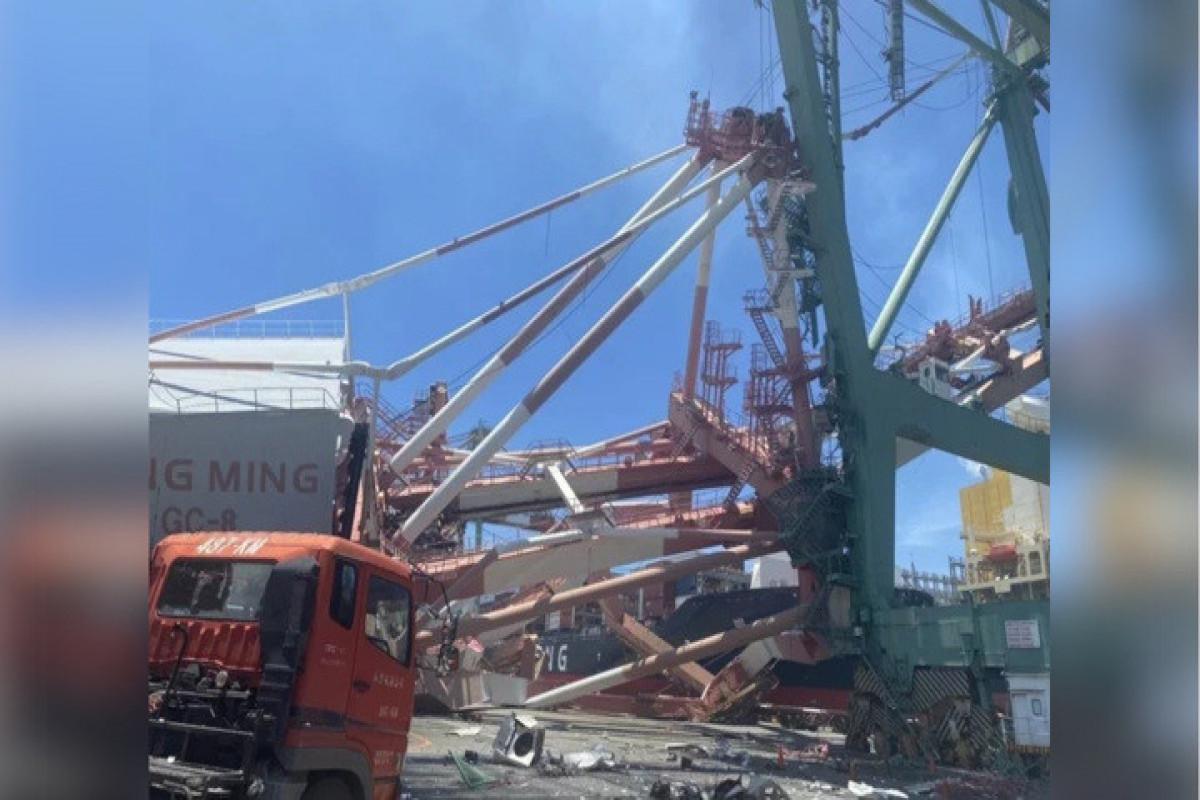 """Tayvanda dəniz limanında qəza nəticəsində nəhəng kranlar aşıb - <span class=""""red_color"""">VİDEO"""
