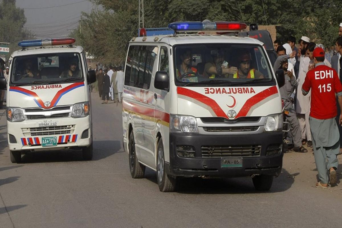 Pakistanda naməlum şəxslər avtobusa atəş açıb, ölən və yaralananlar var