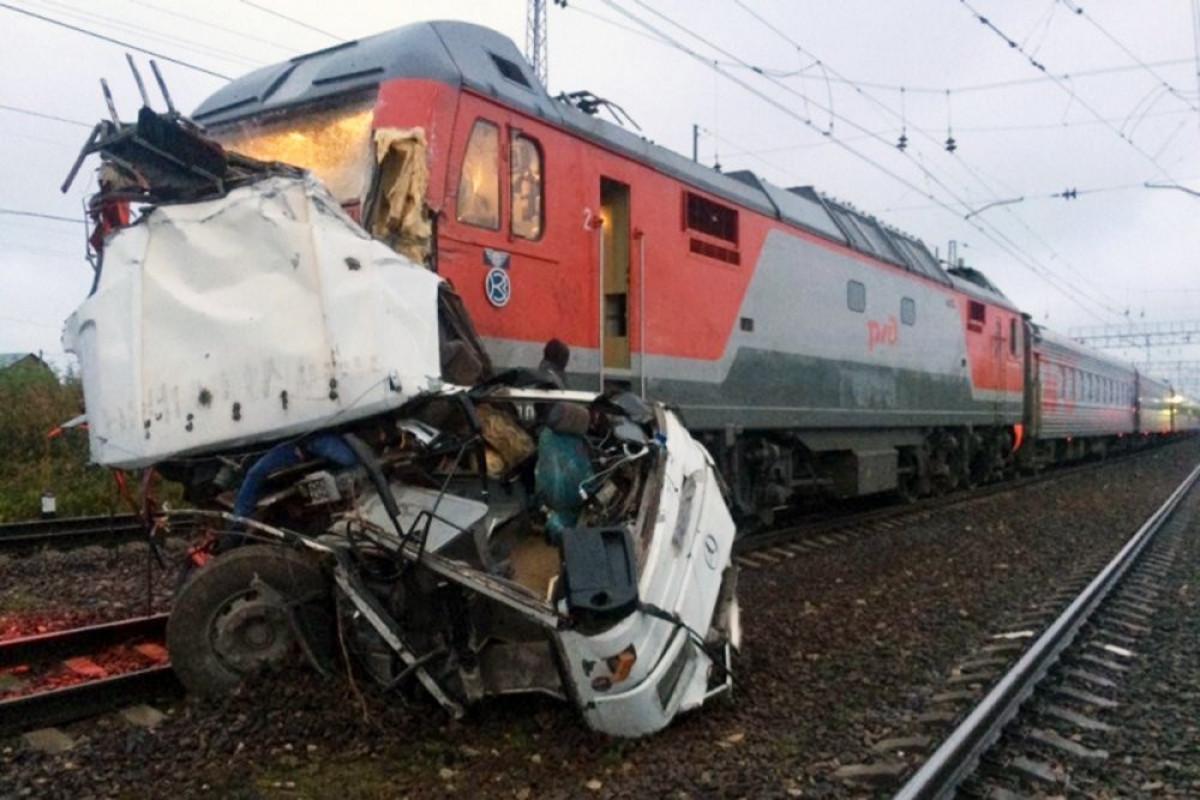 Три человека погибли при столкновении поезда и машины в Подмосковье