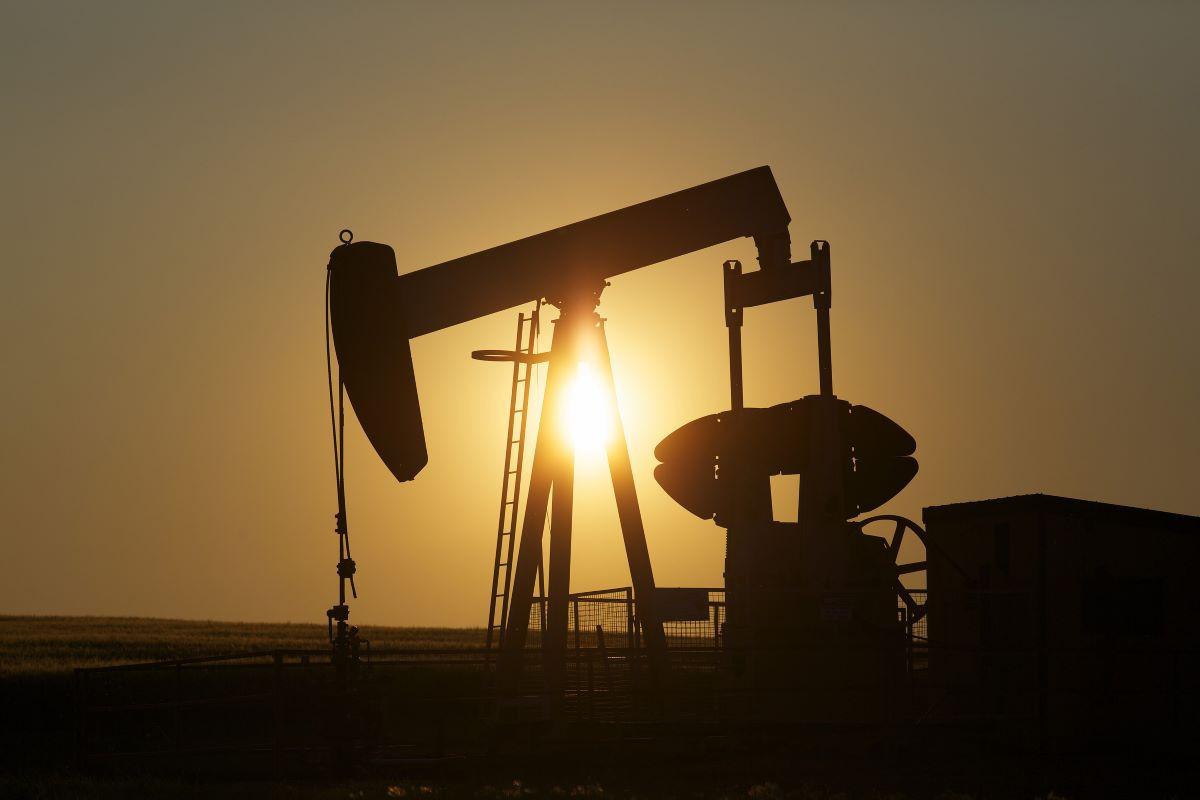 Oil prices slightly decrease
