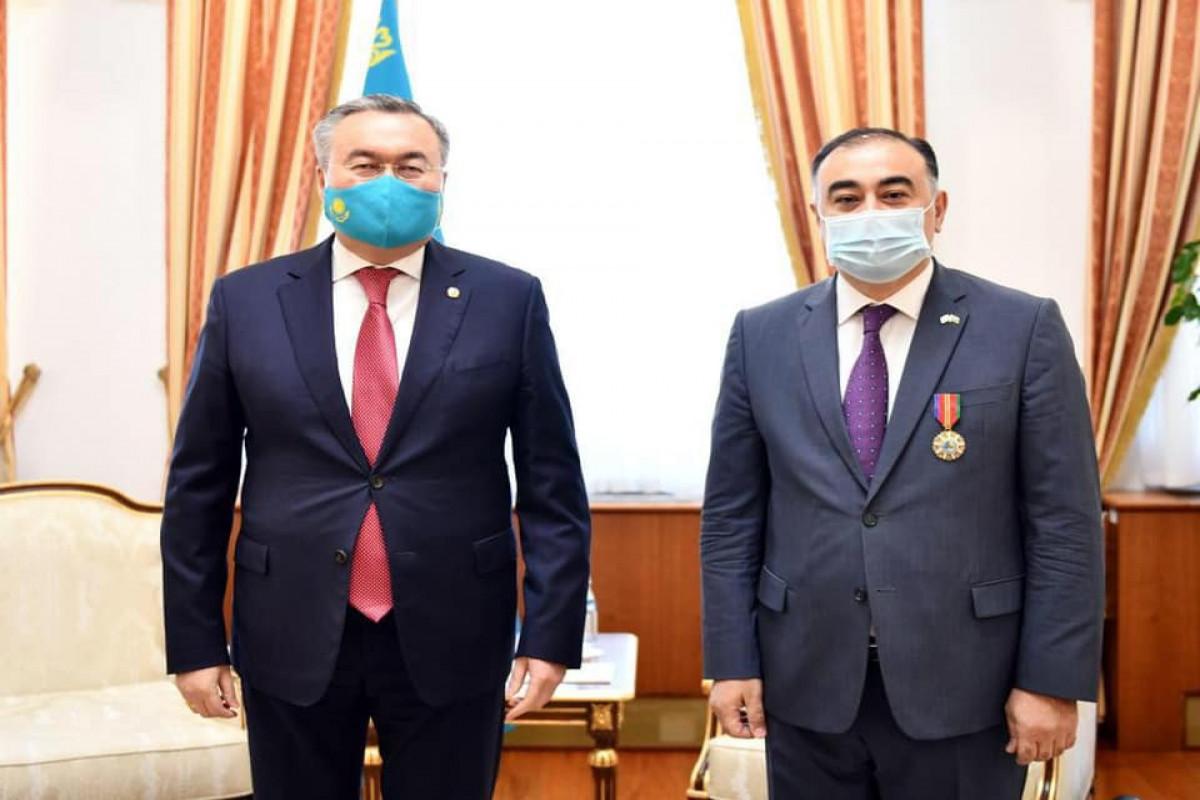 """Qazaxıstan Prezidenti Azərbaycan səfirini """"Dostluq"""" ordeni ilə təltif edib"""