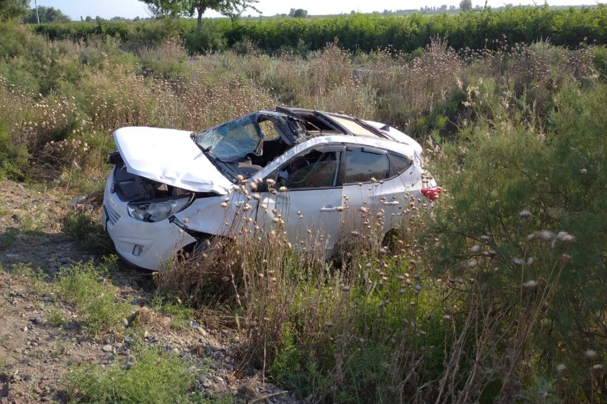 """В Сабирабаде перевернулся автомобиль, водитель получил тяжелые травмы-<span class=""""red_color"""">ФОТО"""
