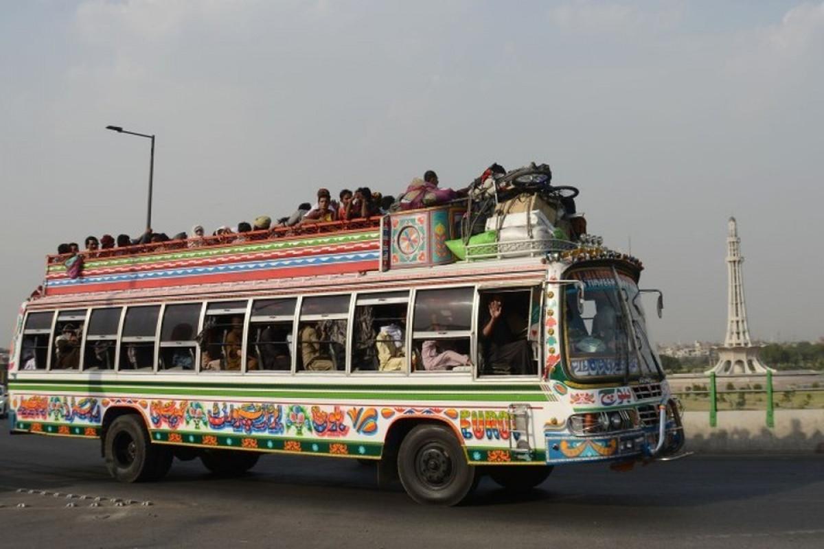 В Пакистане 18 человек пропали без вести после падения автобуса в реку