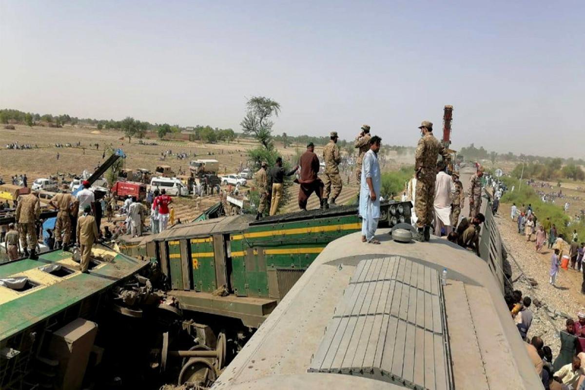 62 killed, 200 injured in Pakistan train crash