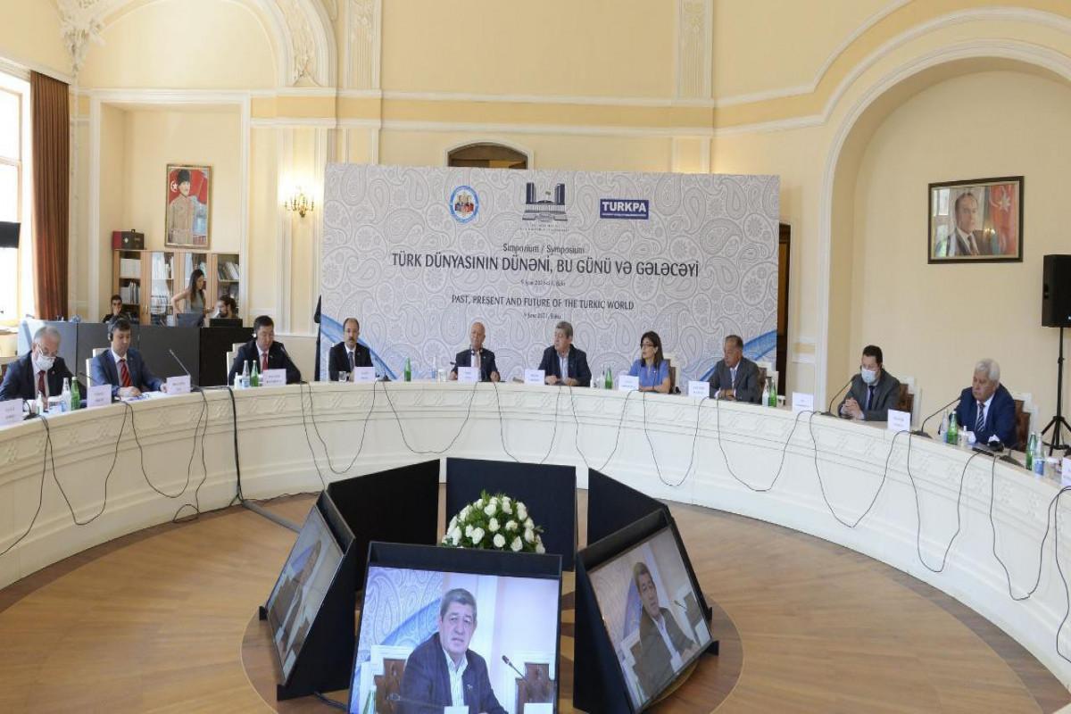 В Баку состоялся симпозиум на тему «Прошлое, настоящее и будущее тюркского мира»