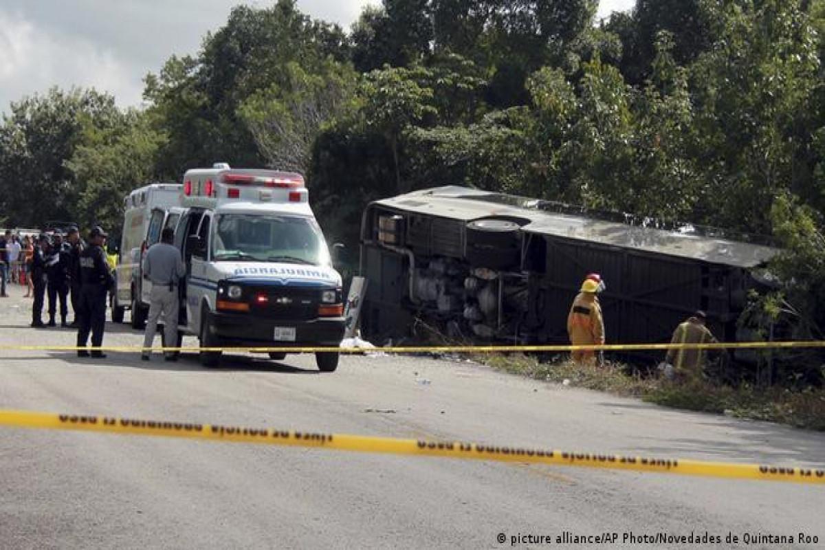 Meksikada turist avtobusu qəzaya uğrayıb, 7 nəfər ölüb