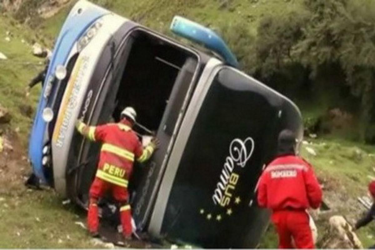 Peruda avtobus dərəyə aşıb, 17 nəfər ölüb