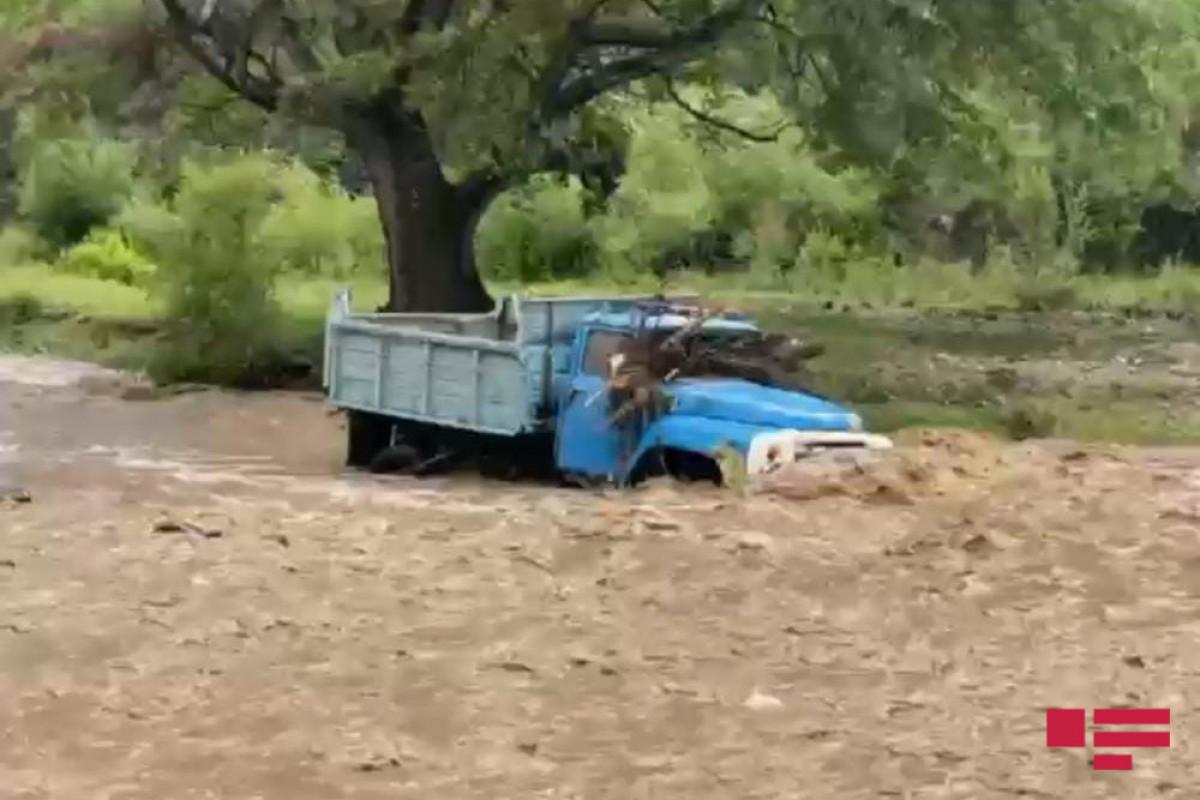 Aramsız yağışlar Göygöl rayonunda fəsadlar törədib, yük maşını seldə batıb  - <span class=
