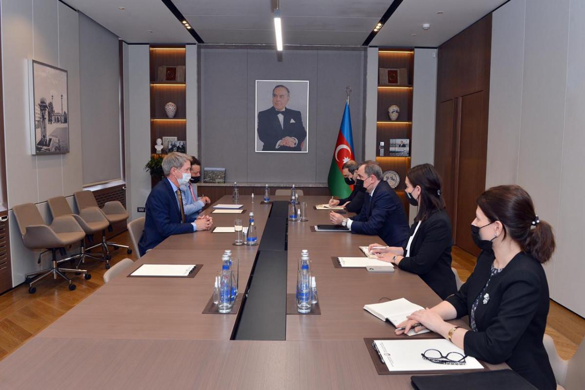 Джейхун Байрамов встретился с послом Великобритании в Баку Джеймсом Шарпом