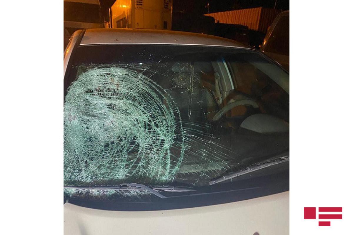 Bakı-Sumqayıt şosesində avtomobil piyadanı vuraraq öldürüb - <span class=