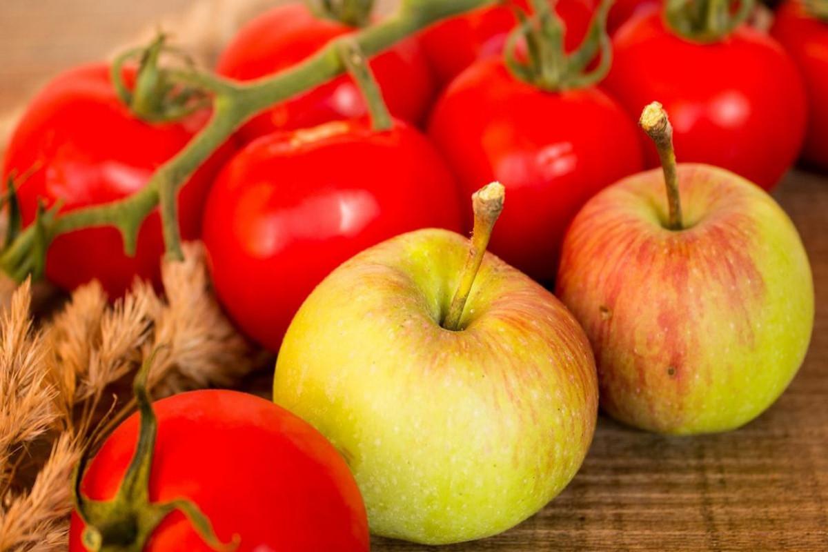 55 азербайджанским компаниям разрешили поставлять железнодорожными вагонами яблоки и томаты в Россию