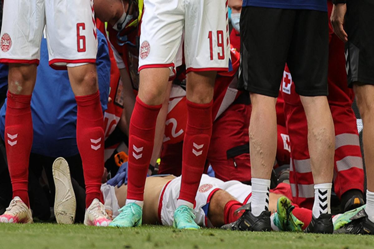 """<span class=""""red_color"""">Евро-2020: Эриксен потерял сознание на поле, матч Дания-Финляндия прерван"""