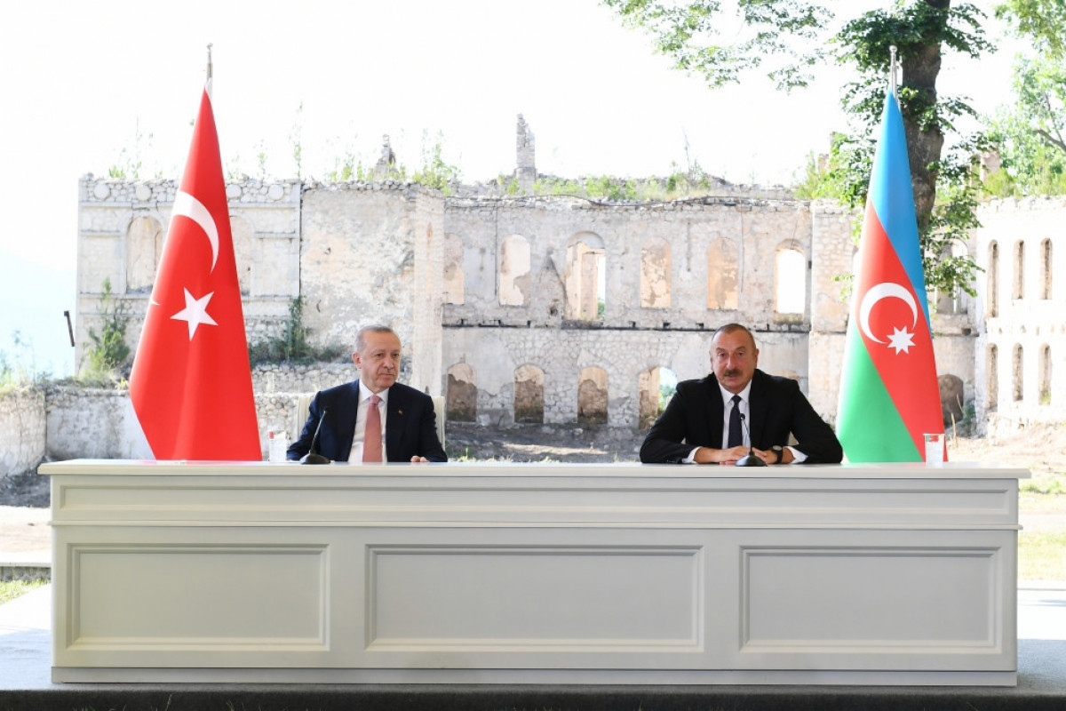 Президент: Развевающиеся сегодня в Шуше азербайджанский и турецкий флаги свидетельствуют о нашем единстве