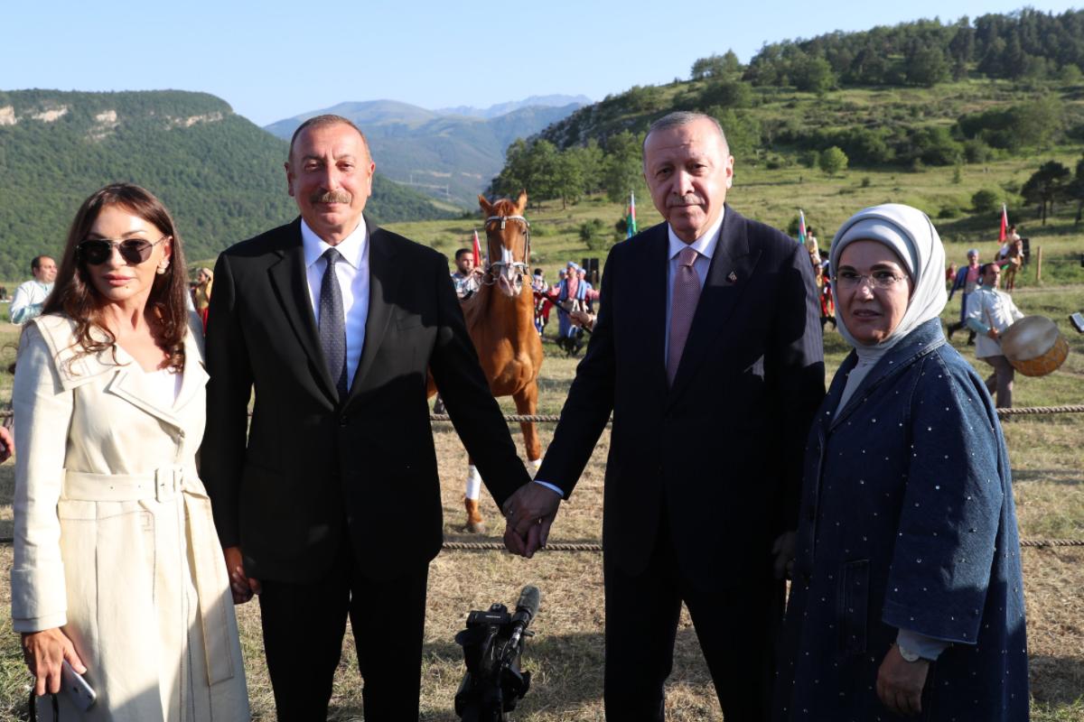 """Cıdır düzündə Ərdoğana  """"Zəfər"""" adlı Qarabağ atı hədiyyə edilib"""