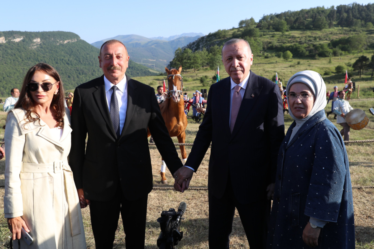На Джыдыр дюзю Эрдогану подарили карабахского скакуна по кличке «Зефер»