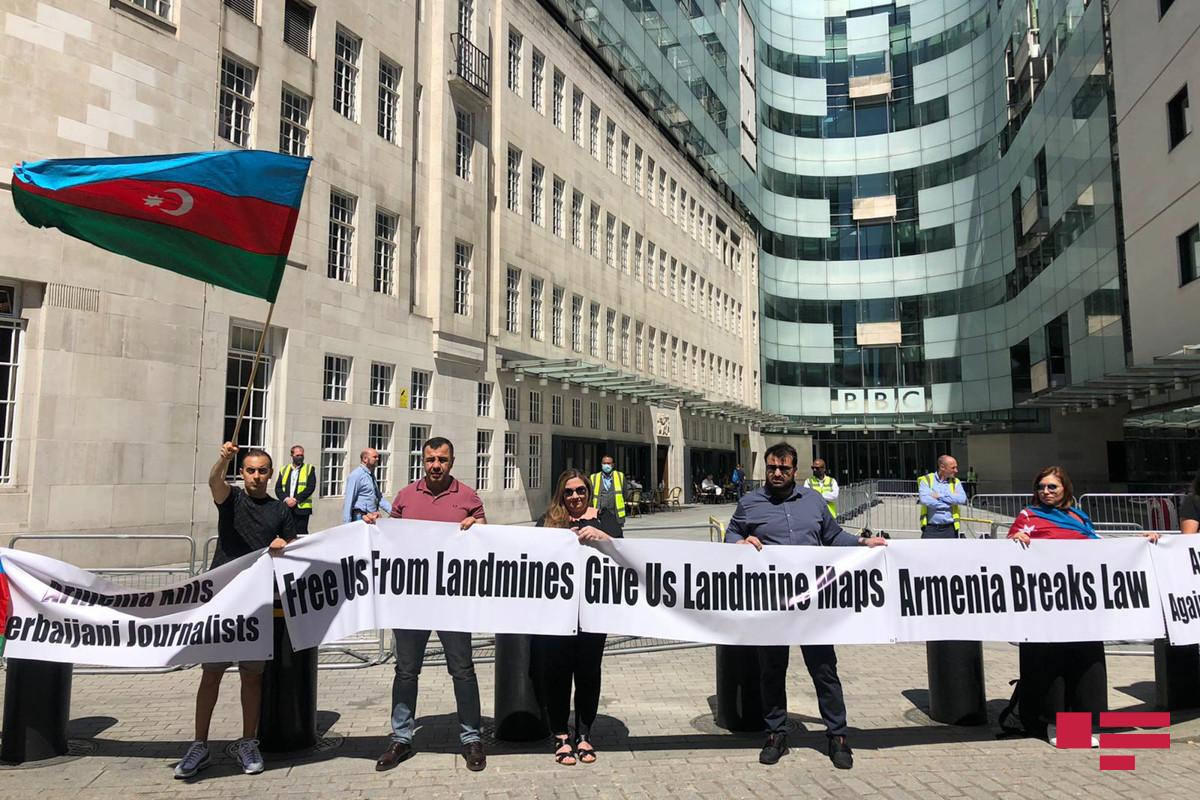 """Londonda yaşayan azərbaycanlılar BBC-nin binası qarşısında aksiya keçirib - <span class=""""red_color"""">FOTO</span>"""