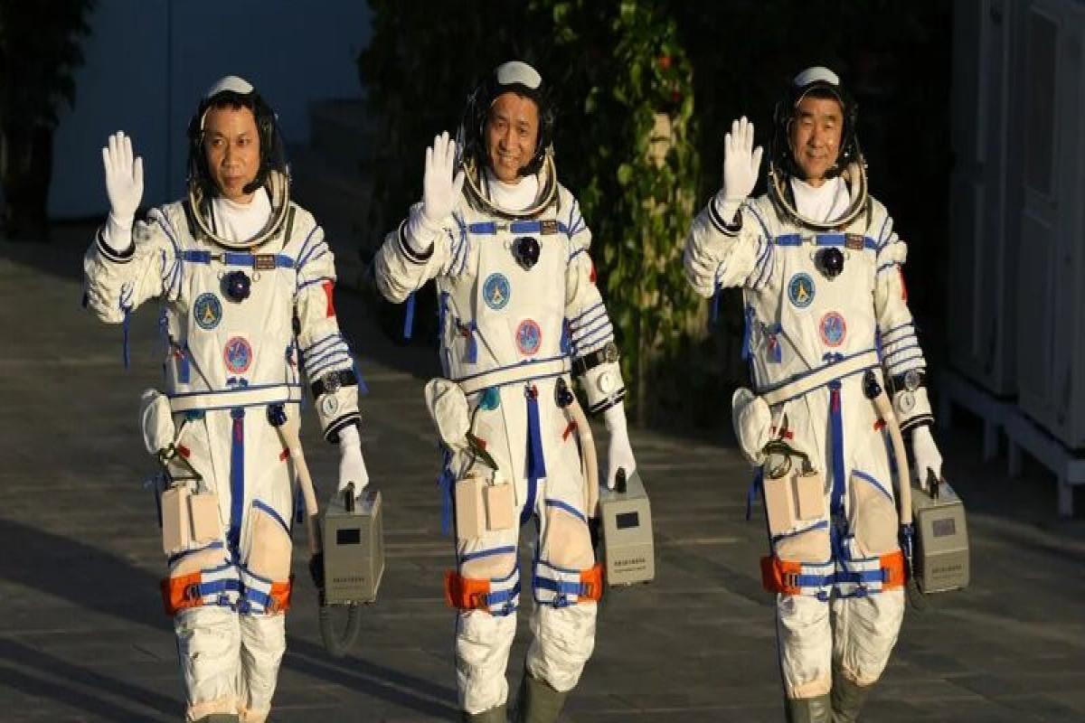 Китай провел успешный запуск корабля «Шэньчжоу-12» с тремя космонавтами
