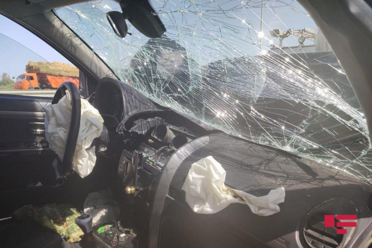 В Баку микроавтобус попал в ДТП, три человека пострадали